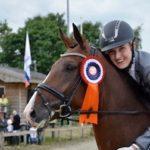 Samantha met haar paard kampioen van Zuid Holland